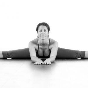 Janushirasana med Paschimotthanasana 2A – Sära på benen så mycket du kan och sträck armar och bröst så mycket framåt och nedåt du kan. Det är ok att ha böjda knän.