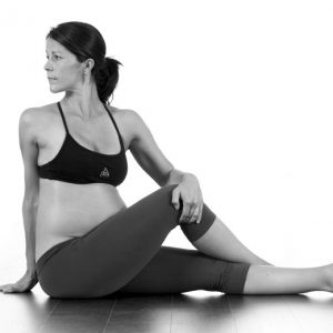 Ardha Matseyendrasana – Ha benet utsträckt I stället för böjt. Komprimera inte i denna pose.