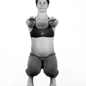 Utkatasana 3 – Den tredje delen görs med knäna separerade en aning.